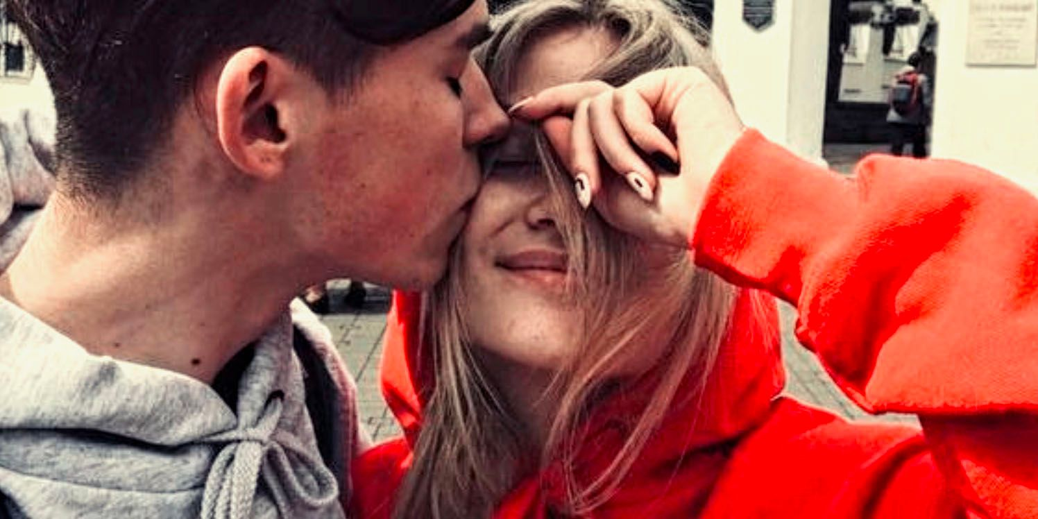 10 Signs He's Clearly Falling In Love (& 10 He's Lost